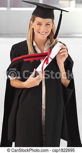 Una mujer sonriendo a su graduación - csp1822695