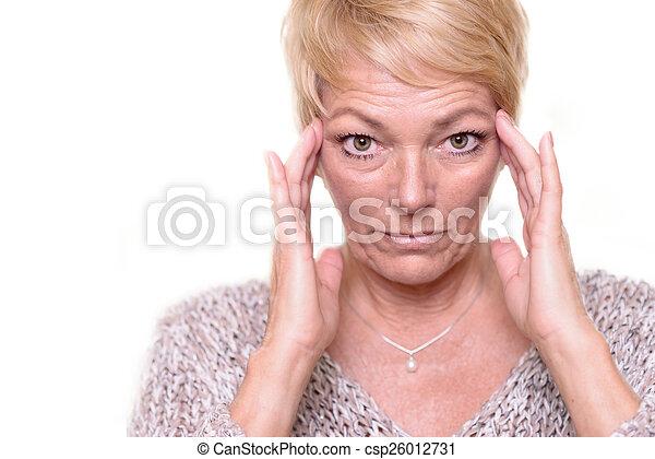 Atractiva mujer rubia de edad superior mirando su complexión - csp26012731