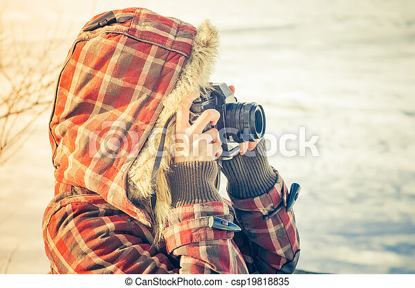 Mujer fotógrafa con cámara fotográfica retro al aire libre concepto invernal naturaleza en el fondo - csp19818835