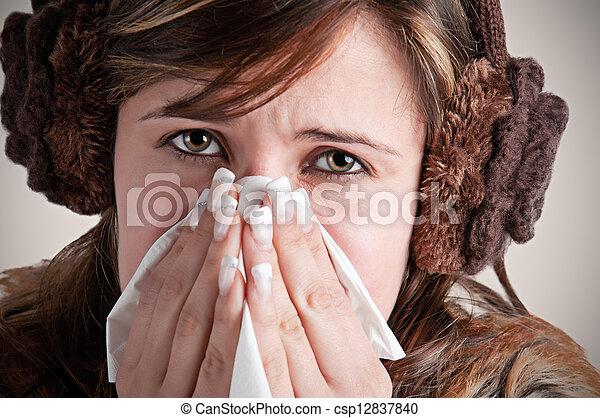 Mujer enferma estornudando - csp12837840