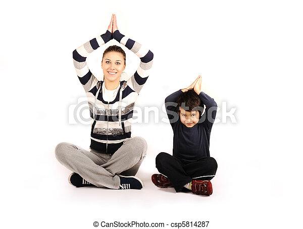 Familia, mujer y niño, haciendo deporte, ejercicios de aptitud - csp5814287