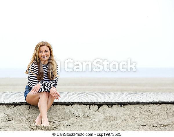 mujer feliz, playa, joven, sentado - csp19973525