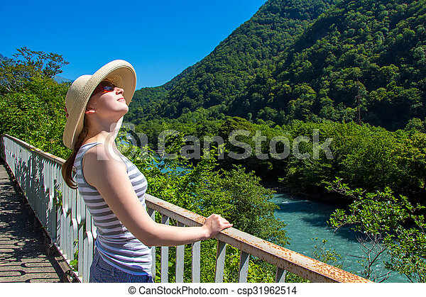Joven feliz con sombrero beige - csp31962514