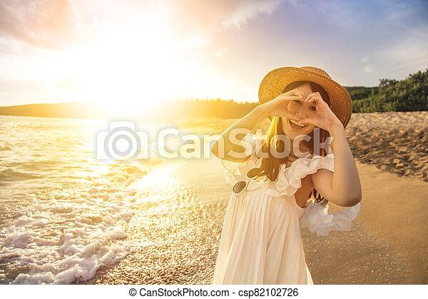 mujer, gesto, playa, elaboración, feliz, corazón, joven, ocaso - csp82102726