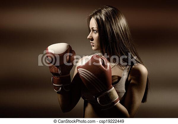 Mujer joven y hermosa durante el ejercicio y el boxeo - csp19222449
