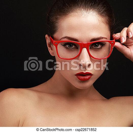 332eec43f3 Mujer hermosa, brillante, mirar, labios, sexy, rojo, anteojos. Mujer ...