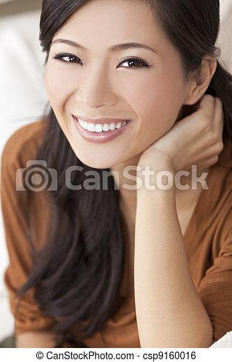 Hermosa y feliz joven asiática mujer o chica china - csp9160016