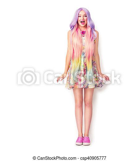 Hermosa joven con un pelo largo y colorido. Retrato completo - csp40905777