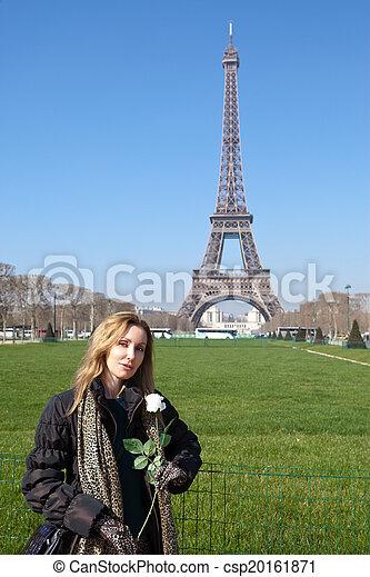 La hermosa joven contra Tour d'Eiffel. Francia, París. - csp20161871