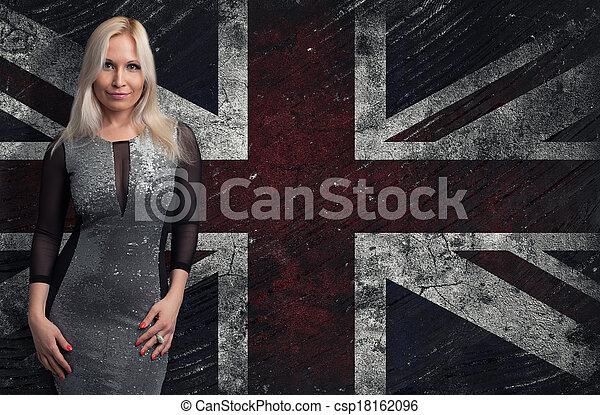 Hermosa mujer rubia sobre la bandera del Reino Unido - csp18162096