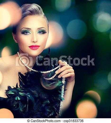 Hermoso retrato de mujer de lujo sobre fondo oscuro y borroso - csp31833736
