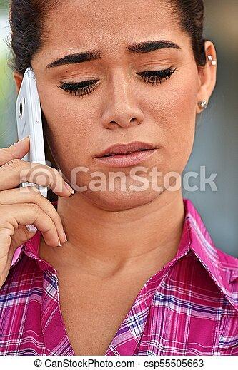 Hermosa mujer usando teléfono celular e infeliz - csp55505663