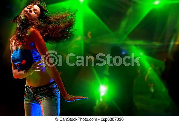 mujer hermosa, joven, club nocturno, bailando - csp6887036