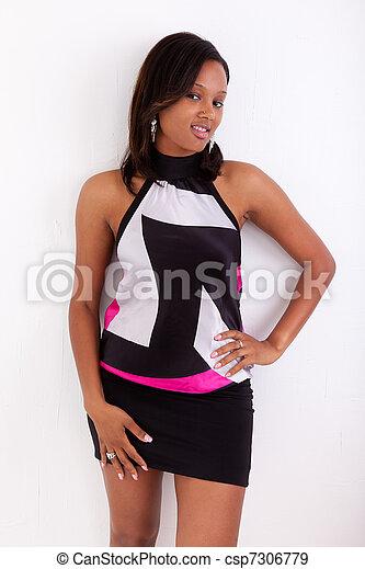 Retrato de una joven y hermosa mujer americana africana - csp7306779