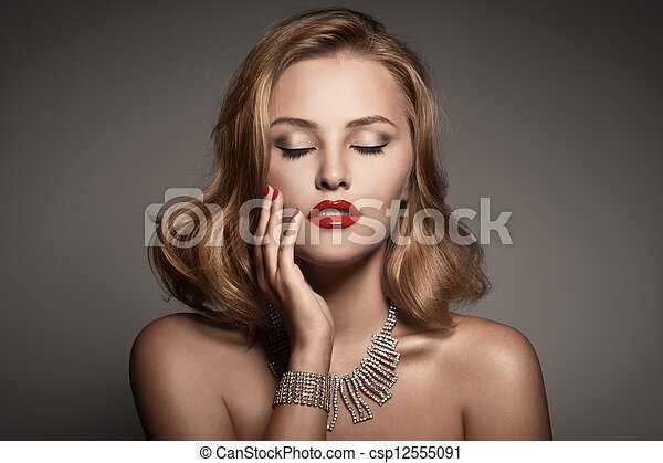 Retrato de moda de bella mujer de lujo con joyas - csp12555091