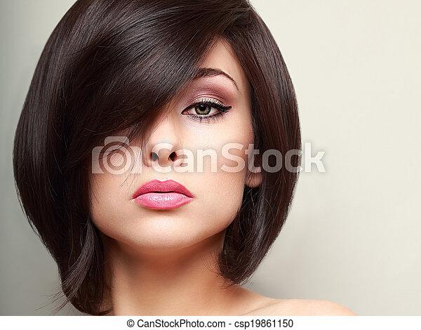 Hermosa mujer de maquillaje con el pelo corto negro. Primer plano - csp19861150