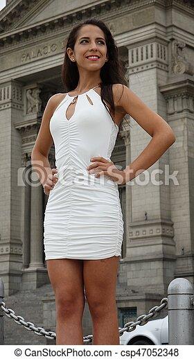 Hermosa mujer en la biblioteca o en el juzgado - csp47052348