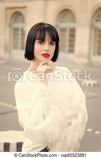 Hermosa joven disfrutando el palacio en París, Francia - csp65523881