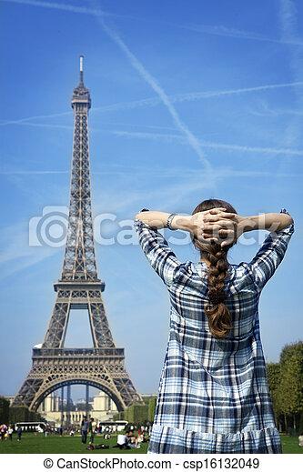 Hermosa mujer feliz antes de París eiffel Tower - csp16132049