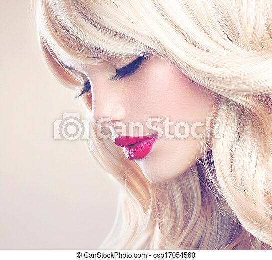 Retrato de mujer rubia. Hermosa chica rubia con el pelo largo ondulado - csp17054560
