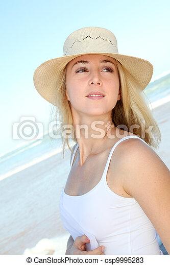 Hermosa rubia en la playa - csp9995283