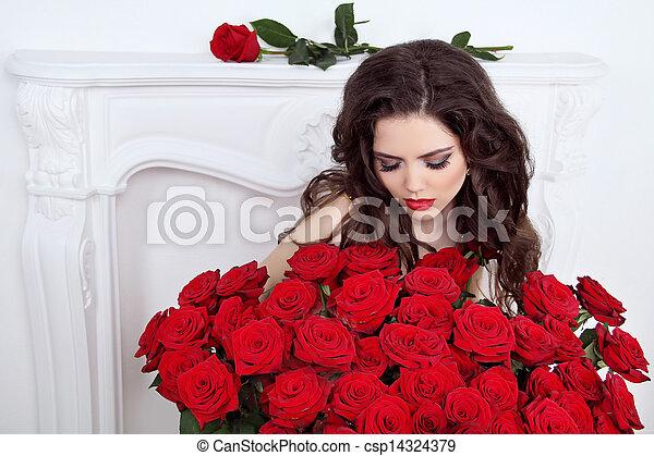 mujer hermosa, ramo, valentines, day., rosas, interior, morena, apartamento, flores, rojo - csp14324379