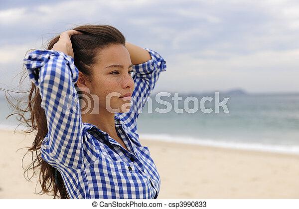 Una mujer hermosa que se relaja junto al mar con espacio de copia - csp3990833