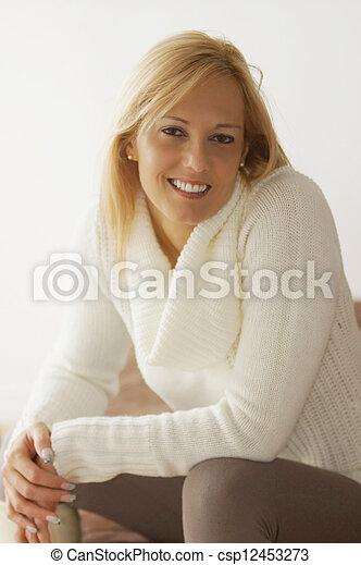 Hermosa mujer - csp12453273
