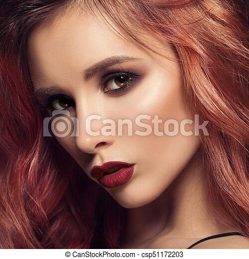 Retrato de mujer con cabello rizado largo y hermoso pelirrojo. - csp51172203