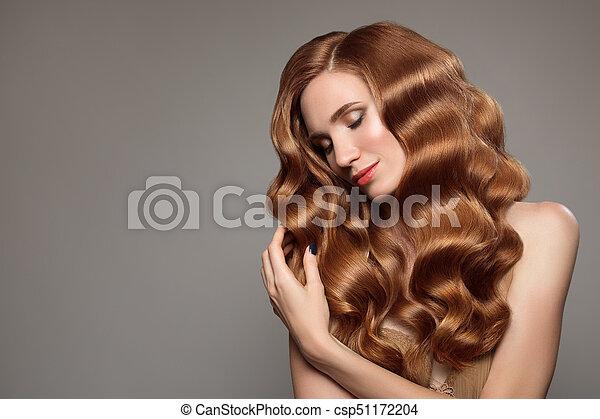 Retrato de mujer con cabello rizado largo y hermoso pelirrojo. - csp51172204