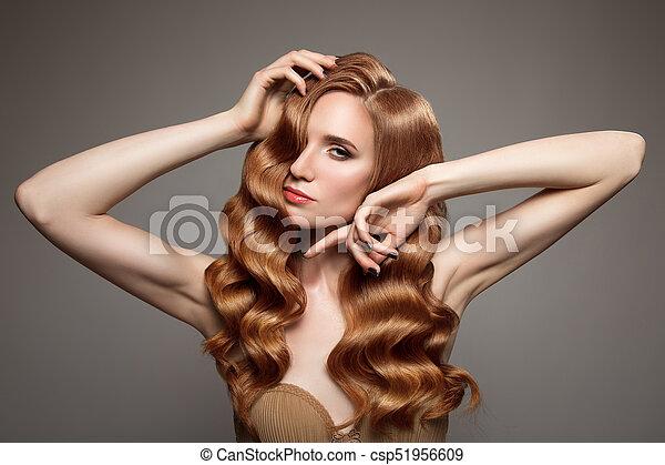 Retrato de mujer con cabello rizado largo y hermoso pelirrojo. - csp51956609