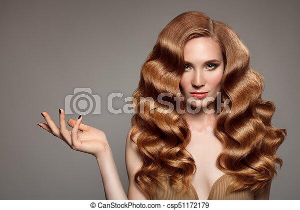 Retrato de mujer con cabello rizado largo y hermoso pelirrojo. - csp51172179