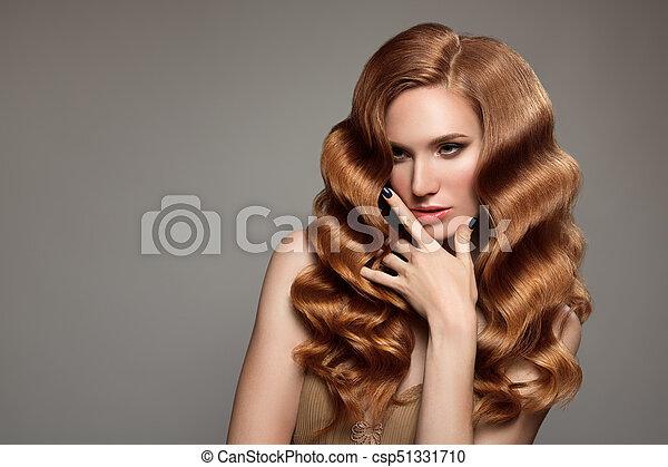 Retrato de mujer con cabello rizado largo y hermoso pelirrojo. - csp51331710