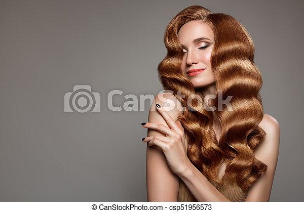 Retrato de mujer con cabello rizado largo y hermoso pelirrojo. - csp51956573