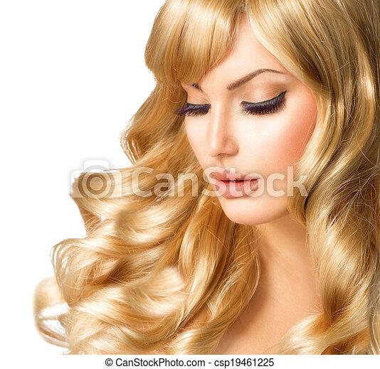 Retrato de mujer rubia. Hermosa chica con el pelo largo y rubio rizado - csp19461225