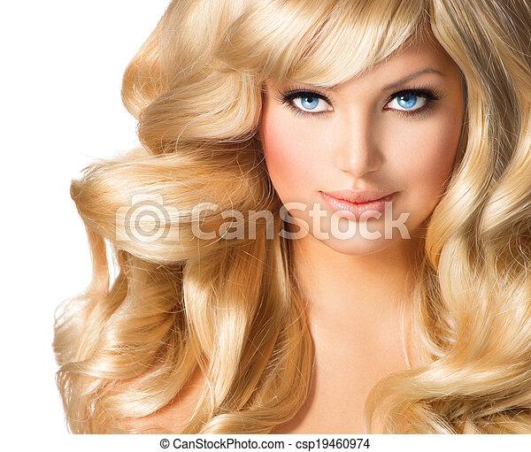 Retrato de mujer rubia. Hermosa chica con el pelo largo y rubio rizado - csp19460974