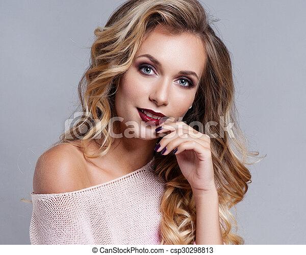 Hermosa mujer rubia con el pelo largo y rizado - csp30298813