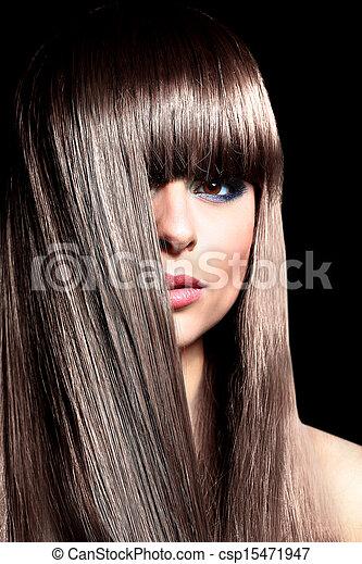 El primer plano de una mujer hermosa con largos cabellos rizados negros - csp15471947