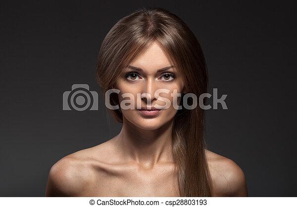 Retrato de moda. Hermosa cara de mujer. Cabello largo y saludable. - csp28803193