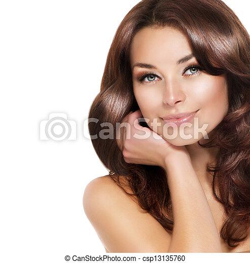 Hermoso retrato de mujer morena con cabello sano - csp13135760