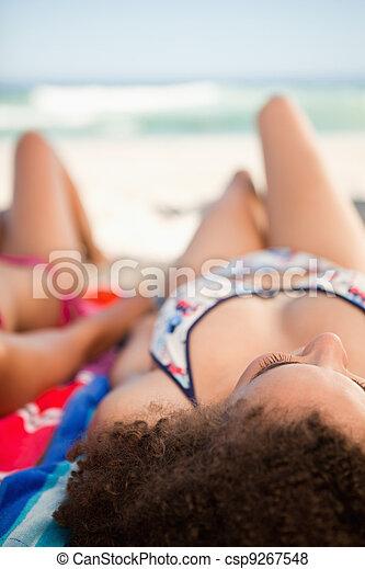 19cf2bfa79f1 mujer hermosa, toalla, espalda, joven, paseo marítimo, playa, acostado,  vista