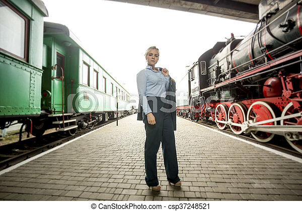 mujer hermosa, uniforme, plataforma, posar, ferrocarril - csp37248521
