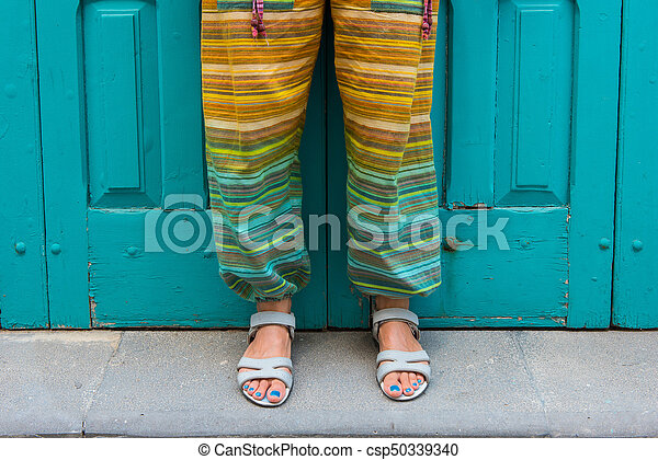 Pie De Mujer Con Sandalias Pantalones Hippies Coloridos Pies De Una Mujer Con Sandalias Con Unas Azules Pantalones Hippies Canstock