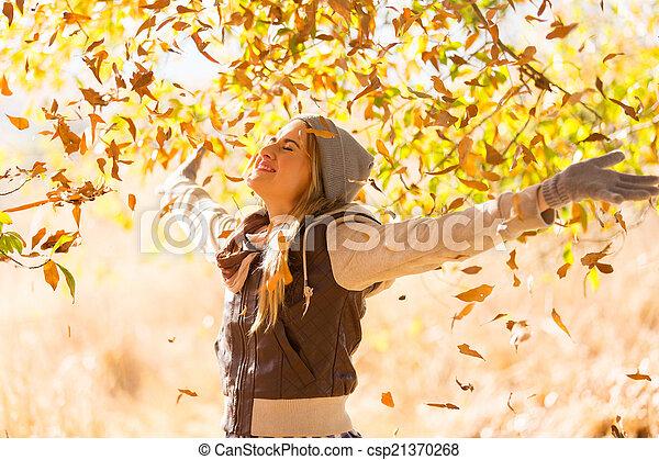 mujer, hojas, joven, otoño, caer, feliz - csp21370268