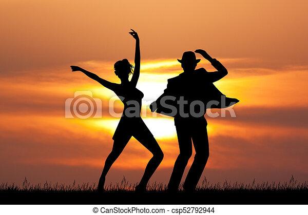 Hombre y mujer bailando tango al atardecer - csp52792944