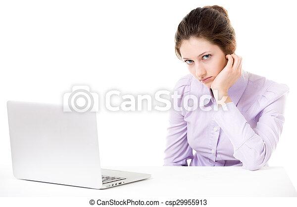 Una joven no está de humor para trabajar frente a la laptop - csp29955913