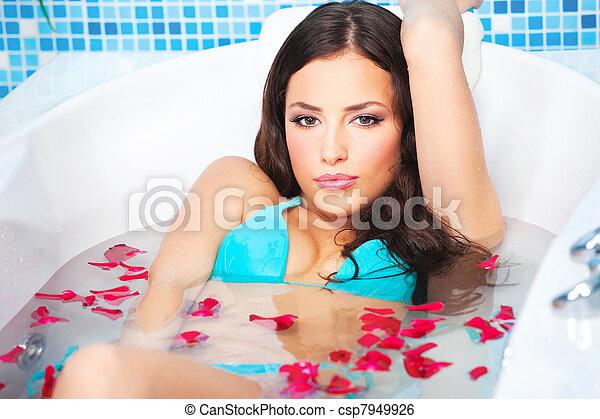 Mujer en jacuzzi - csp7949926