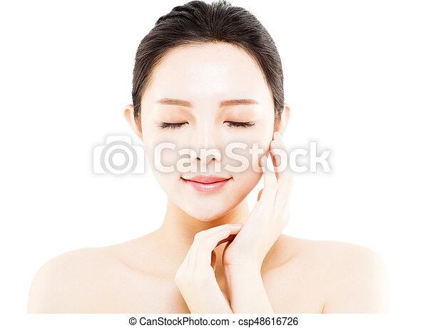La cara de una joven de primer plano aislada en blanco - csp48616726