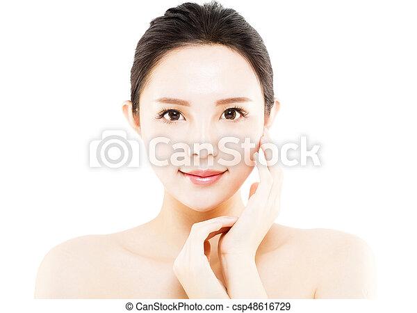 La cara de una joven de primer plano aislada en blanco - csp48616729