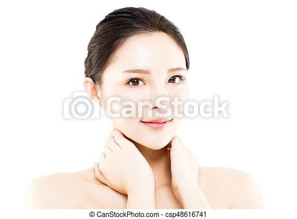 La cara de una joven de primer plano aislada en blanco - csp48616741